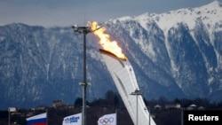 Олимпийский огонь на фоне гор в Сочи, 27 января 2014 года.