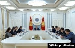 Экс-президент Сооронбай Жээнбеков проводит заседание Совбеза, 31 марта 2020 г.
