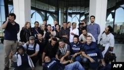 Rixos мейманканасынан бошотулган журналисттер Corinthia мейманканасынын алдында сүрөткө түшүштү, Триполи. 24-август, 2011
