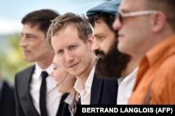 Lászlò Nemes cu echipa sa de actori fotografiați la Cannes