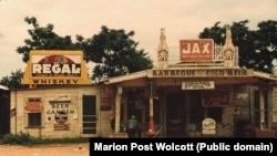 Джук-джойнт и заправочная станция в районе хлопковых полей. Мелроуз (Луизиана). 1940. Фото Marion Post Wolcott(1910–1990)