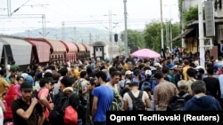 Imigrantët e tubuar në stacionin hekurudhor në Gjevgjeli të Maqedonisë
