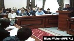 Ключевому свидетелю Кадырбеку Абдирову на процессе по делу бывшего премьер-министра Серика Ахметова задают вопросы адвокаты подсудимых. Караганда, 4 сентября 2015 года.
