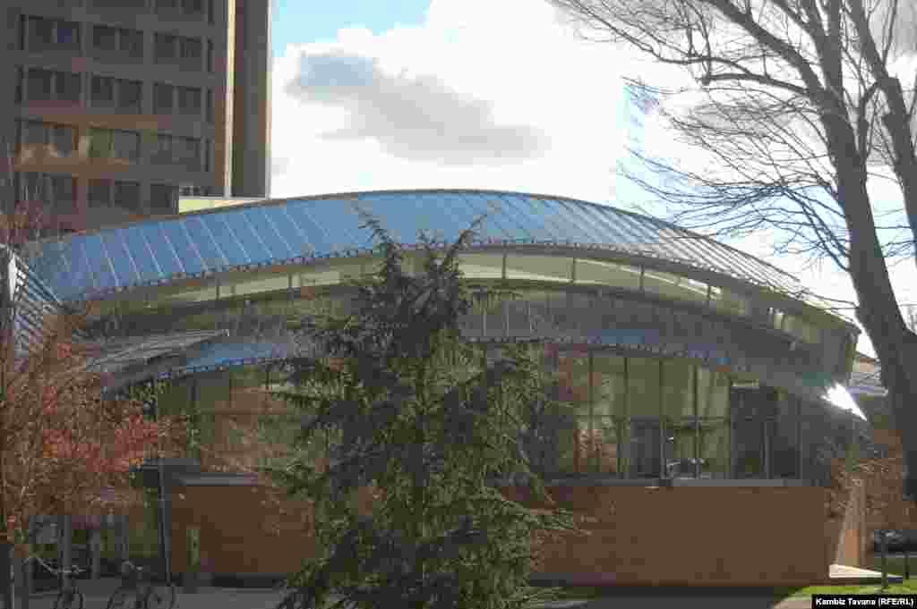 نمایی از کتابخانه «لوییس» در محوطه دانشگاه پرینستون