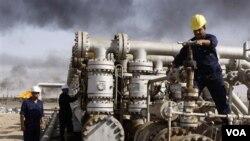 Рабочие на одном из месторождений Ирака