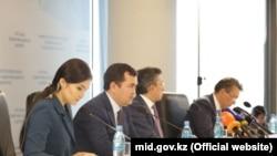 Министр по инвестициям и развитию Казахстана Женис Касымбек (третий справа) выступает на пресс-конференции. Астана, 17 октября 2017 года.