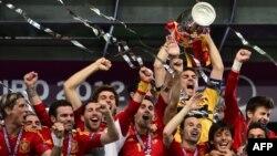 Шпанските репрезентативци ја прославуваат шампионската титула на Европското првенство.