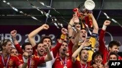 Испания футболшылары Италия құрамасын ұтқан соң Еуропа чемпионатының кубогын көтеріп тұр. Киев, 1 шілде 2012 жыл