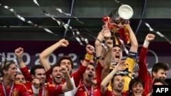 Сборная Испании после победы над командой Италии в финале чемпионата Европы по футболу. Киев, 1 июля 2012 г