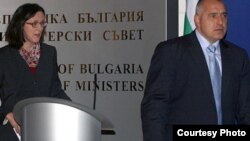 Член Европейской комиссии по внутренней политике Сесилия Мальмстром (справа)