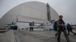 """Саркофаг был создан для того, чтобы предотвратить утечку радиации из-под старого укрытия чернобыльского реактора. В ноябре 2016 года инженерам и рабочим потребовалось две недели, чтобы """"натянуть"""" стальную конструкцию, получившую название """"Новый безопасный конфайнмент"""", на старый бетонный кожух. Конфайнмент высотой 109 метров и длиной 257 метров стал самой большой подвижной металлической конструкцией в мире. Старый бетонный саркофаг был сделан сразу после аварии на четвертом реакторе Чернобыльской АЭС в апреле 1986 года."""