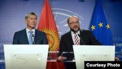Президент Кыргызстана Алмазбек Атамбаев (слева) и председатель Европейского парламента Мартин Шульц. 27 марта 2015 года.