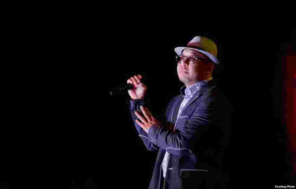 Певец. Актан Исабаев. Во время концерта группы Инсан. 04 ноября 2015 года. В каждом народе, племени есть свои песни. Люди хотят петь. Профессия как певца, исполнителя необходима для людей, также как и инженера, юриста, военного. Музыку мы начинаем слушать еще с утробы, когда слышим ритм сердца мамы. Сегодня многие мамы включают музыку для малышей, находящихся еще в утробе. Музыка воодушевляет, заставляет задуматься, помогает успокоиться, расслабляет, зажигает и передает массу эмоций. Атрибут любого государства - это гимн, под который спортсмены, делегации открывают то или иное мероприятие. Музыка используется в мирное время и военное. Очень трудно смотреть фильм без музыкального сопровождения. Музыка восполняет душевные потребности! Автор Бектур Кылычбеков.