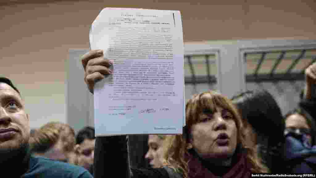 Ексдепутатка від Радикальної партії Оксана Корчинська показує військовий квиток та інші довідки у справі Яни Дугарь