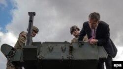 Американську колону, що прямувала на навчання до Угорщини, проінспектував генеральний секретар НАТО Єнс Столтенберґ у столиці Чехії Празі 9 вересня 2015 року.