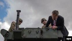Американську колону, що прямувала на навчання до Угорщини, проінспектував генеральний секретар НАТО Єнс Столтенберґ у столиці Чехії Празі 9 вересня 2015 року