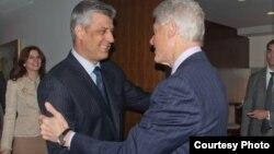 Kryeministri Thaçi gjatë takimit me ish-presidentin Klinton.