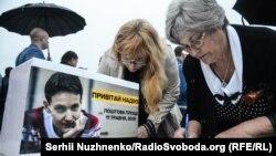 Женщины в Киеве подписывают открытки с поздравлениями в адрес украинской военнослужащей Надежды Савченко, содержащейся под стражей в России, по случаю дня рождения Савченко. 11 мая 2016 года.