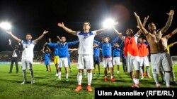 Сборная Кыргызстана по футболу после победы над Казахстаном в товарищеском матче. 30 августа 2016 года.