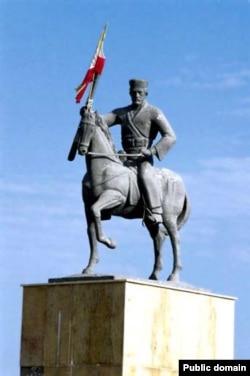 یکی از مجسمههای رئیسعلی دلواری در ایران