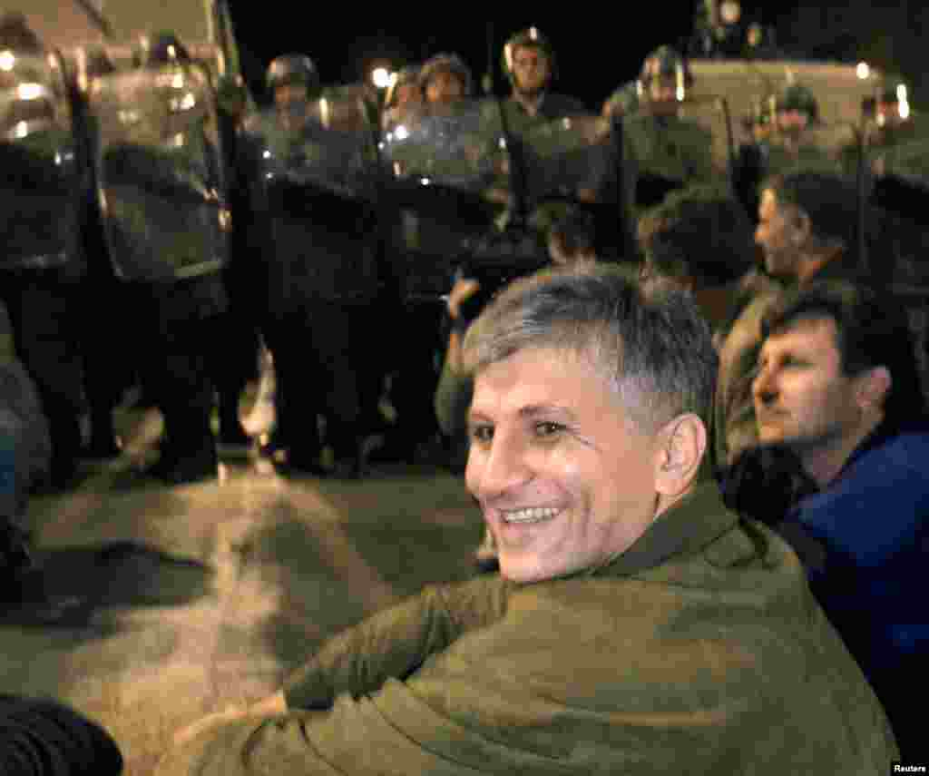 Джинджич перед поліцейським кордоном під час демонстрації проти президента Югославії Слободана Милошевича 29 вересня 1999 року