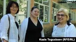 Оңнан солға қарай: журналист әрі құқық қорғаушы Розлана Таукина, оның өкілі Маржан Аспандиярова, құқық қорғаушы әрі блогер Бақытжан Төреғожина. Алматы, 9 маусым 2017 жыл.