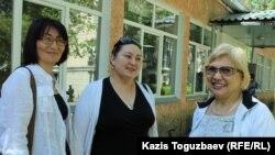 Справа налево: журналист и правозащитник Розлана Таукина, ее представитель Маржан Аспандиярова, правозащитник и блогер Бахытжан Торегожина. Алматы, 9 июня 2017 года.