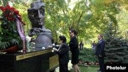 Мемориал жертвам теракта 27 октября 1999 года в парламенте Армении