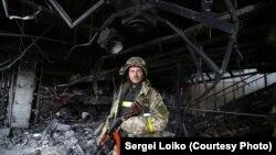 Украинский военнослужащий в аэропорту Донецка