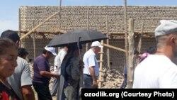 Глава Хорезмской области Фарход Эрманов осматривает территорию, в которой живут жители домов, снесенных на улице «Ашхабад» в Ургенчском районе.