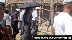 Viloyat hokimi Farhod Ermonov uylari buzilgan urganchliklarning hozir yashab turgan joyini ko'zdan kechirmoqda 27 iyul