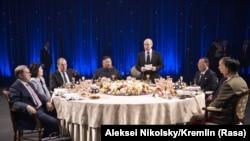 Rusiya prezidenti Vladimir Putin və Şimali Koreya lideri Kim Jong Unun iştirakılə ötən ay Vladivostokda keçirilən şam yeməyi. Xanım Choe Son Hui Lavrovun yanında oturub