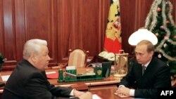 Ресей президенті Борис Ельцин (сол жақта) ел премьер-министрі Владимир Путинмен сөйлесіп отыр. Мәскеу, 31 желтоқсан 1999 жыл.