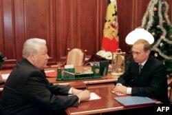 Борис Єльцин (ліворуч) розмовляє з Володимиром Путіним. Москва, 31 грудня 1999 року