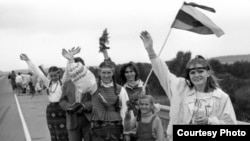 """""""Балтийский путь"""" - акция 1989 года, приведшая к независимости прибалтийских стран и возникновению языковых проблем у их русскоязычного населения"""