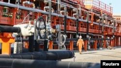 Қазақстанға келетін шетел инвестициясының дені мұнай-газ саласына жұмсалады. Суретте: Каспий теңізіндегі Қашаған кен орнының Д аралындағы инфрақұрылым. (Көрнекі сурет)