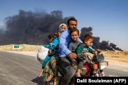 Цивільні мешканці втікають від наступу турецьких військ на переважно курдське за населенням місто Рас-аль-Айн на північному сході Сирії, 16 жовтня 2019 року