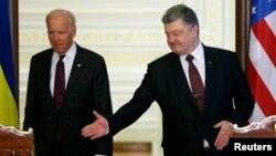 АҚШ вице-президенті Джо Байден (сол жақта) Украина президенті Петр Порошенкомен кездесіп тұр. Киев, 16 қаңтар 2017 жыл.