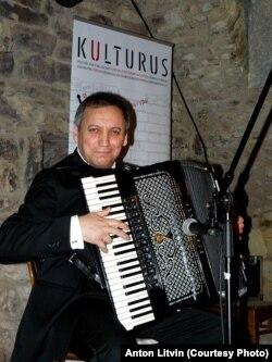Сервер Абкеримов выступает на фестивале CRIMEANSOS в Праге