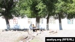 Дети играют во дворе барачного дома, построенного в 1940-е годы. Село Ащысай, Южно-Казахстанская область, 5 октября 2017 года.