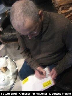 Михаил Ходорковский пишет благодарность активистам Amnesty International. Фото разместил в своем блоге Сергей Никитин, глава российского отделения организации