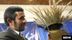محمودا حمدی نژاد، رییس جمهوری ایران در جشن خودکفایی گندم.(عکس: مهر)