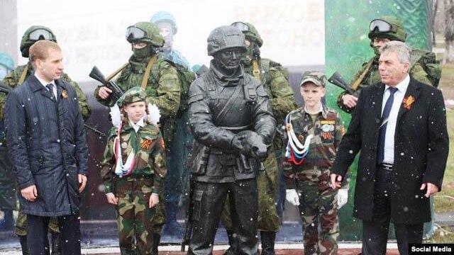 Мужики военные с огромными гандонами видео