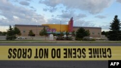 Оцепленная территория кинотеатра в штате Колорадо, где были убиты 12 человек. США, 23 июля 2012 года.
