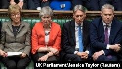 Премьер-министр Великобритании Тереза Мэй (вторая слева) в парламенте
