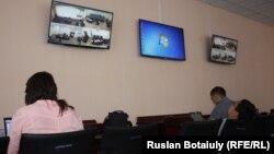 Журналисты наблюдают за рассмотрением жалобы адвокатов председателя Союза журналистов Казахстана Сейтказы Матаева и его сына Асета из отдельной комнаты в городском суде. Астана, 22 августа 2016 года.