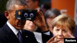 Колишній президент США Барак Обама в окулярах віртуальної реальності поруч з канцлером Німеччини Анґелою Меркель. Ганновер, квітень 2016 року