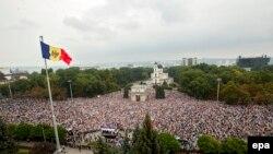 Дзясяткі тысяч мітынгоўцаў у Кішынёве, 6 верасьня 2015 году