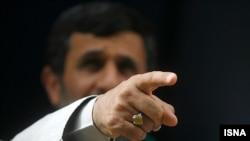 محمود احمدی نژاد، در دیدار با اعضای کمیسیون اصل ۹۰ مجلس، یک بار دیگر گم شدن یك میلیارد دلار از درآمدهای نفتی را کذب محض خواند .