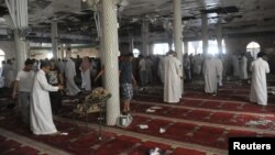 Pamje pas një sulmi vetëvrasës në një xhami në Arabinë Saudite.